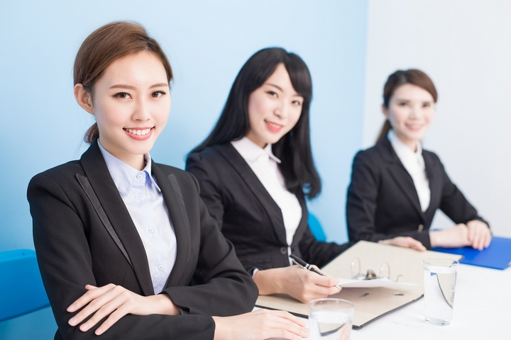 businesspwoman smile happily and look you in the office